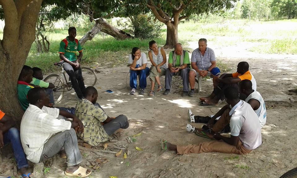 El presidente de la CRLlíria en el poblado de Sandeba