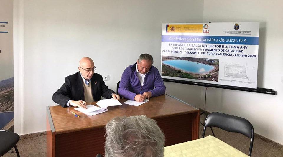 La CHJ y la CR Llíria firman la entrega de la balsa