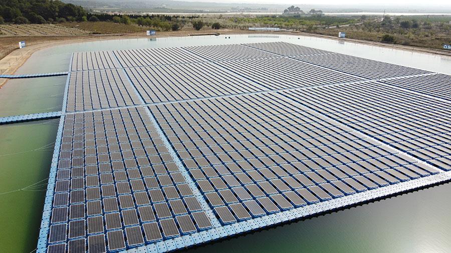Imagen aérea de la balsa solar flotante